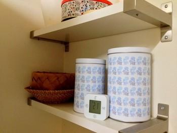 麦茶は大袋を開封したら、湿気らないように保存するのがポイントです。缶やビンなどに入れて密閉して保存しましょう。ほかの食材のにおいが移らないようにすることも大切。においの強いものを近くに置かないようにして、保存容器もしっかり洗ってから使ってください。