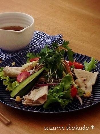 冷しゃぶと蕎麦を組み合わせたサラダ蕎麦。たっぷりの野菜と豚肉で、一皿で食べ応えのある一品が完成。大根を加えて、歯ごたえも楽しみましょう♪