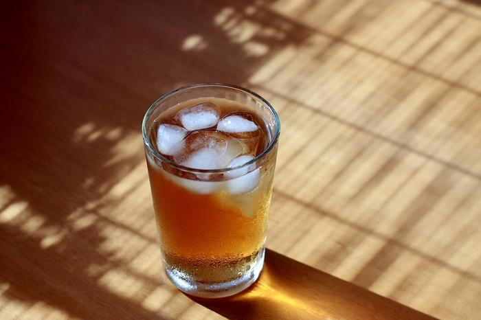麦茶をたくさん淹れてしまったときには、冷凍保存をする方法もあります。製氷皿などで凍らせれば、麦茶氷の完成。淹れた麦茶を冷やしたいときに麦茶氷を入れれば、氷で薄まることなく美味しく飲めるでしょう。