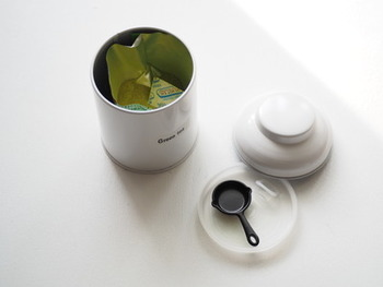 緑茶の茶葉の保存も、ほかの食材のにおいが付かないように、密閉容器に入れて保存しましょう。冷蔵庫で保存する際には、特ににおい移りに気を付けることが大切になってきます。茶葉は非常にデリケートなため、おいしいうちに飲みきれる量のお茶袋を開封してストックすると良いですね。