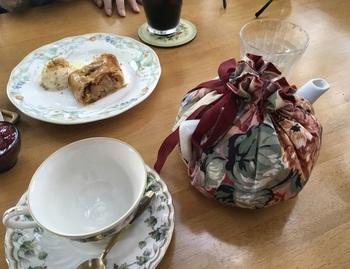 紅茶はティーコゼーにくるまれたポットで提供されます。