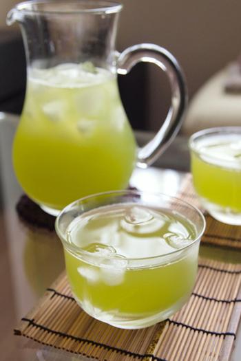 お湯で淹れる緑茶を冷やしたいときには、通常よりも濃い目に淹れて氷で冷やす方法があります。濃い目に淹れておけば氷で薄まってもちょうど良い味わいに♪