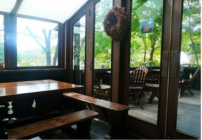 客席は店内・デッキ・テラス・ガーデンに分かれています。 テラスから、滞日20年あまりのイギリス人庭園デザイナー・ポール・スミザー氏が手掛けたガーデンを一望。木洩れ日の中のランチ(ティー)タイムはきっと素敵な思い出に。