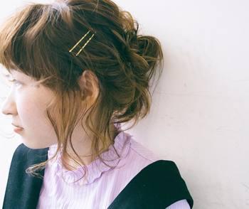 本来なら浮き毛を抑えるためのヘアピン。ゴールドやシルバー、または鮮やかな色つきなど、ひねりのあるタイプをセレクトすれば、十分おしゃれなヘアアクセサリーとしても使えます!