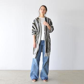 サラリと着流すボタンレスカーディガンは、抜群のこなれ見えをお約束。裾がふわりとなびくように、さり気なく自然に羽織るのがポイントです。