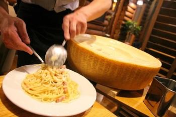 パルミジャーノの中にパスタを投入。チーズを削りながらパスタと混ぜるパフォーマンスを見せてくれます。