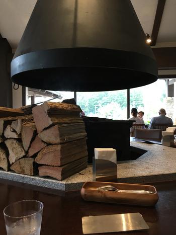 寒い季節には火が焚かれ、焼きマシュマロも楽しめる大きな囲炉裏。