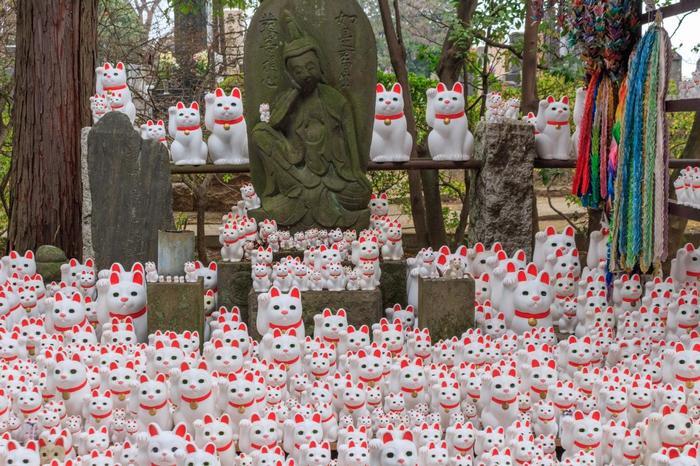 石仏の周りに招き猫が所狭しと並んでいる様子は圧巻です!他のお寺ではなかなか出会えないユニークな風景を求めて、最近では海外からの観光客が訪れることも多い人気スポットです。