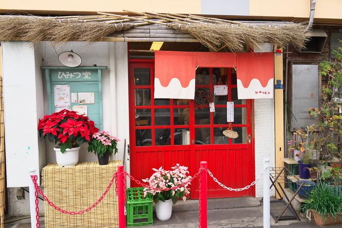 かき氷といえば、で必ずといっていいほど名前が出てくる有名店「ひみつ堂」。JR日暮里駅の西口を出て、徒歩約4分で到着します。外観もとってもキュート♪
