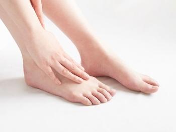 足元の保湿をさぼりがちなだけが、カサカサの原因じゃないかも?!きちんと本当の原因を知って、ツルツル素足を目指しましょう。自分に当てはまる原因がいくつあるか、数えながらご覧くださいね。