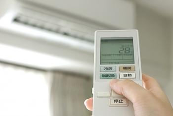 夏のエアコンも足の乾燥の原因になります。夏だけでなく、冬のホットカーペットなどの暖房器具も足の乾燥の大きな原因になっています。