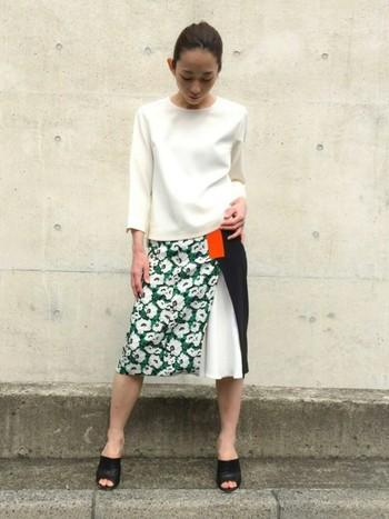 個性的なデザインの花柄スカートは、フォルムが美しい上質なブラウスと合わせて。シンプルな中にキリッとモードな印象をつくり、花柄をより際立たせています。