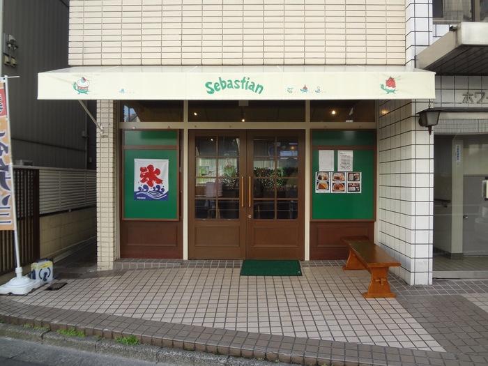 渋谷駅から歩いて10分ほど、奥渋谷・裏渋谷と呼ばれるエリアにある「セバスチャン」。ヘルシーなお弁当と、見た目も華やかで可愛い「ドルチェ氷」が人気のお店です。