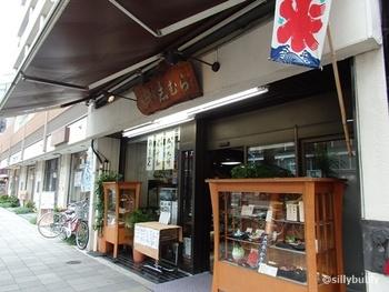 目白駅を出て目白通りを1分ほど歩いたところに「志むら」があります。和風な外観の甘味処で、かき氷以外にもお弁当や和菓子が人気です。