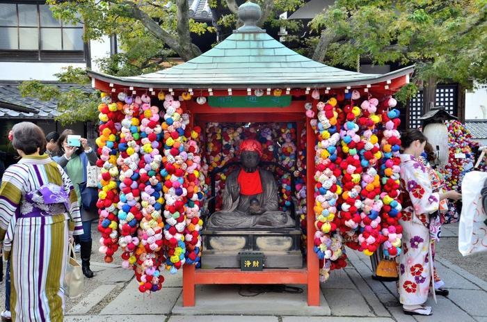 八坂庚申堂といったら、一見お寺とは思えないカラフルな色合いが印象的。これは布地で作られた「くくり猿」というアイテムで、願い事・名前・日付を書いて、境内に吊るし奉納しています。