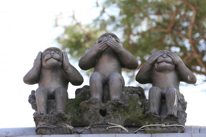 """八坂庚申堂の猿はくくり猿だけではありません。干支のかのえさるの意味を持つ""""庚申""""。境内には「見ざる、言わざる、聞かざる」の猿がいたるところにいます。"""