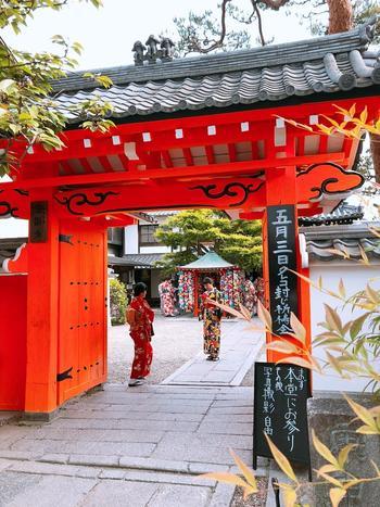 京都・東山にある「八坂庚申堂」。平安時代に創建されたといわれ、御本尊は青面金剛(しょうめんこんごう)です。日本三庚申のひとつで、日本最古の庚申堂です。京都のお寺のなかでもインスタ映えする人気スポットとして知られています。