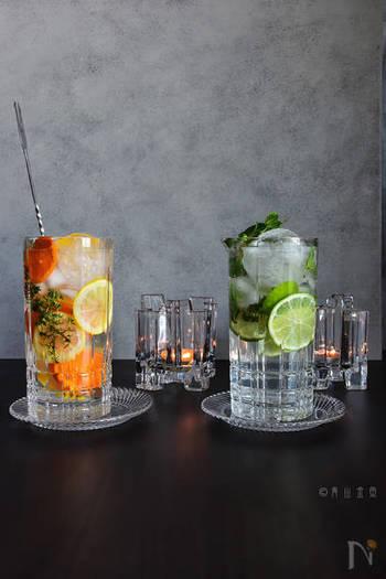 オレンジ、レモン、ライムなどの柑橘系フルーツに、タイムやミントといったハーブをミックス。 たっぷりのフルーツを加えることで、涼しげな見た目にも癒されますね。暑い日や疲れを癒したい時に最適。