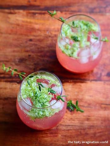 ウォッカにレモン汁やプラムソースをミックス。ポイントはすりおろしたキュウリのしゃきしゃき感。 爽やかなサプライズのある一杯です。