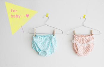 可愛い赤ちゃんのおしりがさらに可愛くなっちゃうベビーパンツ。 パッと見、難しそうに思えますが、シンプルなつくりなので意外にも簡単にできちゃいます。
