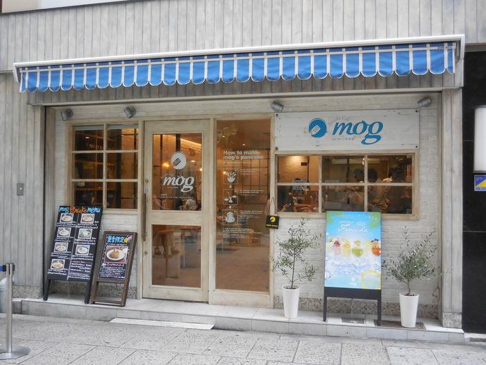 近鉄難波駅から徒歩で3分ほどのところにある「mog」。東京で人気の「パンケーキママ・カフェVoi Voi」の姉妹店で、パンケーキ専門店としては大阪初です。