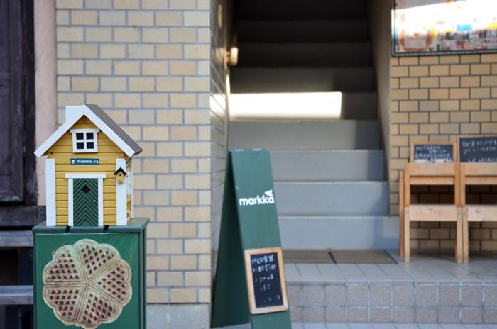 北欧らしい三角屋根のおうちと看板が目印。 こじんまりとしたビルディングの階段を上っていけばmarkkaに到着!