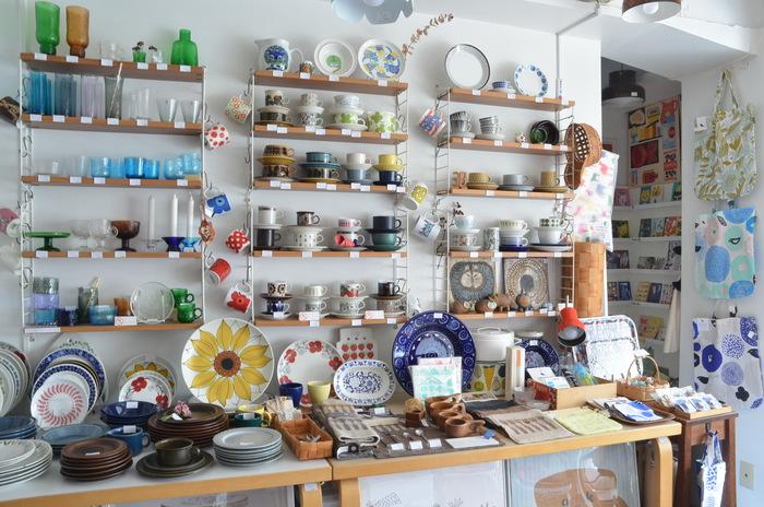 ■北欧ヴィンテージ食器 壁一面に現地で買い付けて来たというヴィンテージ食器がズラリ! 時代を超えた魅力あふれるアイテムに出あえる。
