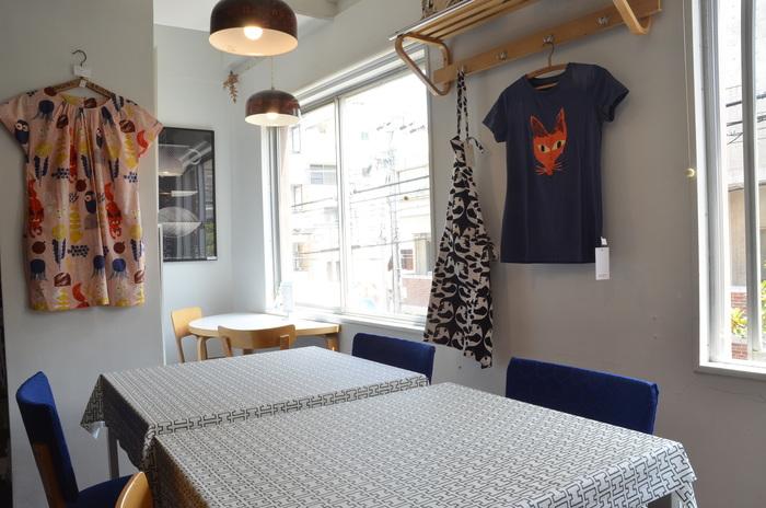 ■アホイデザイン/フィンランド 優しい光が差し込むカフェスペース。 店内のあちこちで新作の衣類もお披露目、壁面のきつねさんも気になる存在。 こちらは、2017年に誕生した若いブランド「アホイデザイン」のもの。