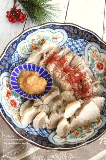 塩豚だけでメインディッシュになるシンプルレシピ。塩抜き不要で、ネギ、ショウガ、お酒、などと一緒にコトコト茹でれば完成です。冷まして脂を取り除くひと手間をかけることで、さらにさっぱりとした味わいに♪