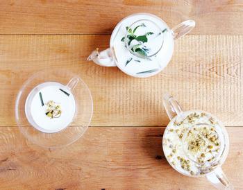 ちょっとめずらしいハーブミルク。通常のハーブティーのようにお湯で淹れるのではなくミルクを使用していて、まろやかな味わいを楽しめます。お好みでハチミツを加えて。