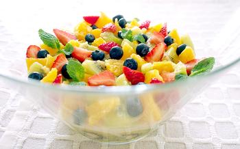 寒天は常温でも溶けないため、パーティーなどテーブルに置く時間が長いデザートにもおおすめ。シロップを回しかけておけばフルーツも乾燥しにくく、料理の間にちょっとつまむと舌もリフレッシュされます。