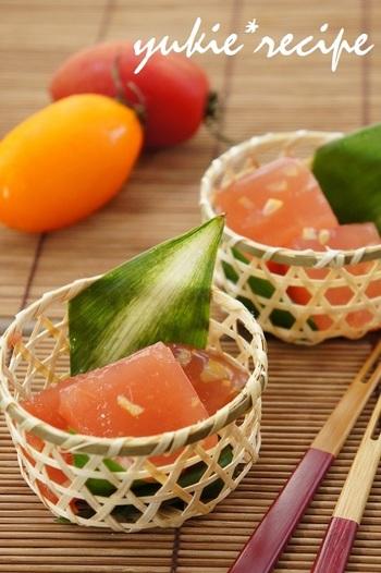 夏野菜のトマトと塩レモンを使った爽やかな寒天ゼリー。優しい色合いがきれいです。汗をかいた後の夏のおやつタイムにいかがでしょうか。