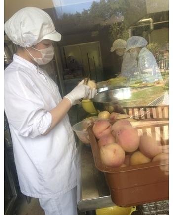 カフェに隣接して、ガラス張りのジャム工房があります。 古くからぶどうや桃の一大産地として知られる山梨県。地元の提携農家から仕入れた果物や野菜を、国産ビートグラニュー糖を加え、低温・短時間で炊き上げてジャムに仕上げます。※ペクチン、防腐剤、保存料不使用。