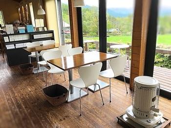 カフェは屋内外あわせて40席。テラスはペットOk。