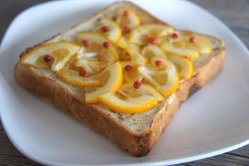 食パンにクリームチーズやバターなどを塗って、レモンをのせて焼くレモントースト。シンプルながらも、その爽やかなおいしさや、涼しげな見た目でSNSなどでも人気のメニューです。簡単&おしゃれなので、ぜひ試してみませんか。