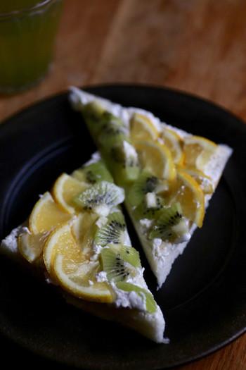 トーストにホイップクリームを塗り、レモンのほかキウイものせたレモントースト。塗るものやのせる具材によって、さまざまなバリエーションが広がるメニューです。