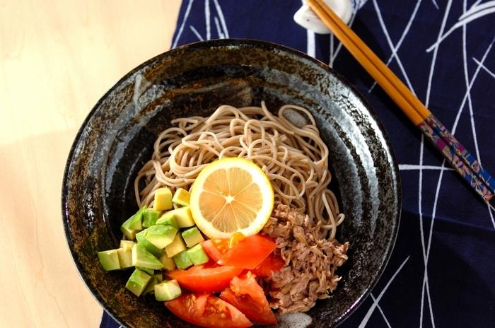 日本そばを使って、レモンをはじめ、アボカドやトマトなどの野菜やツナをたっぷりあしらったサラダそば風。とてもバランスの取れた一品です。