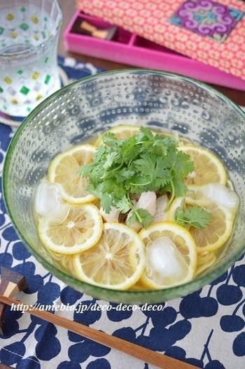 市販のレモンラーメンを使った、暑い日におすすめの一杯。さっぱりした鶏ささみとレモンが相性よく、またパクチーが涼しげなエスニック風味をプラスしてくれます。