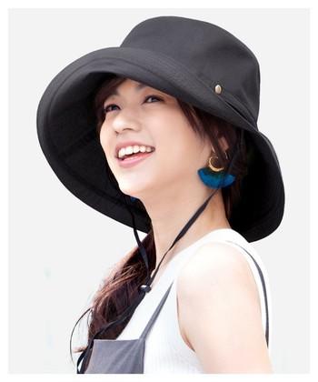 風で飛ばないあごひも付き帽子はレジャーに便利です。UV加工がしっかり施されたものを選ぶと良いでしょう。つば広なら太陽がどの角度にあっても守ってくれます♪