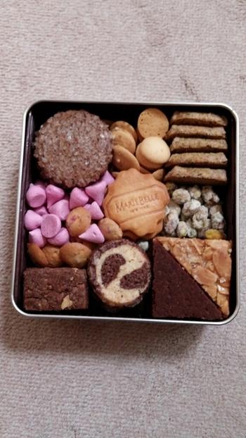 京都に本店を構える「マリベル」は、チョコレートの専門店。そのマリベルのクッキー缶、『ワンダートレジャー』はオリジナルクッキーが10種類入った詰め合わせです。サブレやメレンゲなど、いろいろな味を楽しめますよ。