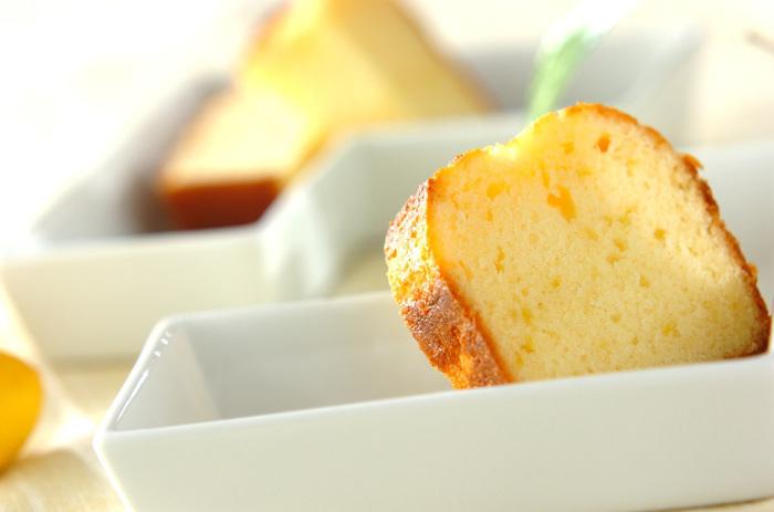 レモンの皮も使用して、風味豊かに作り上げたレモンケーキ。シンプルなレシピなので、爽やかなレモンテイストがストレートに味わえます。