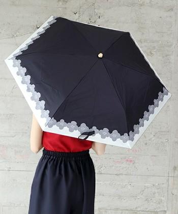 裾の花柄がレトロで可愛いデザインの日傘です。日傘を選ぶ際は、紫外線遮蔽率や遮光率の数値も気にしてくださいね。