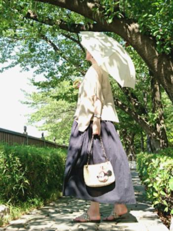ベージュやホワイトの日傘なら、持っていても軽い印象。ネイビーのワンピースでちょっと重めのカラーながらも爽やかに感じるのは日傘のおかげでしょう♪