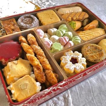 横浜や東京に店舗を構える「アトリエうかい」のクッキー缶は、クッキーやパイなどいろんな食感を楽しめます。大缶と小缶があるので、お土産にはもちろん、自分用にも買いたくなりますね。
