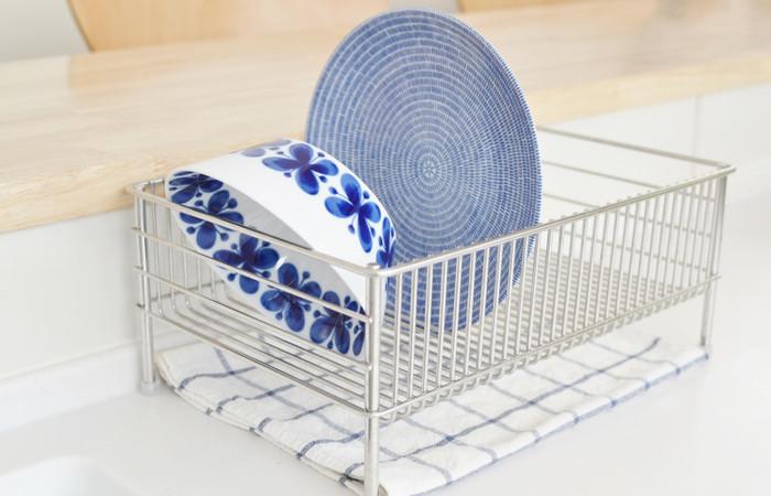 陶器は吸水性があるので、使用したあとにはしっかりと乾かすことがうつわを長持ちさせるポイントになります。水切りかごやざるなどを使って、しっかりと乾かしてあげましょう。