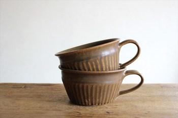 シックなカラーリングのスープカップは、もったりとしたポタージュやすっきりとしたコンソメスープなどどんなものにも寄り添ってくれる使いやすいうつわです。フルーツやちいさなおかずをさりげなく盛りつけるのにもちょうどいい大きさです。