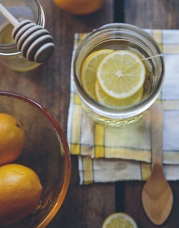 レモネードは、レモン果汁を炭酸水などで割ったもので、アメリカではとてもポピュラーな飲み物です。夏はキリッと冷やして楽しみたいですね。