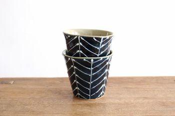 長崎県波佐見町にある「やきもの工房京千」から生まれたsenのカップ。senのシリーズは、陶器でも高温で焼成されているので、土が固く焼き締まり、強度が高く仕上がっています。