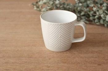 波佐見焼は磁器で有名なやきものですが、こちらは珍しい陶器の波佐見焼です。土ものらしいやわらかな印象のヘリンボーン柄が穏やかで美しいですね。