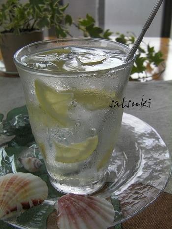 冷たいレモネードに、クラッシュしたレモンゼリーを入れて。スイーツ感覚で楽しむ、新食感のレモネードです。暑い日の午後などにいかがでしょう。